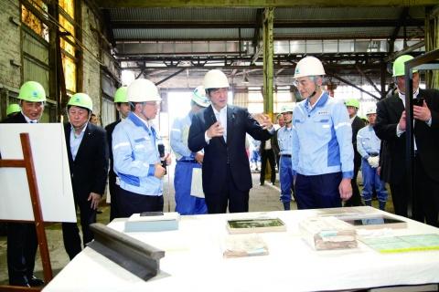 新日鉄住金八幡、安倍首相が産業革命遺産を視察