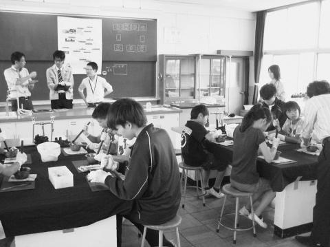 愛知製鋼、「鉄の教室」 小学生が磁石づくり