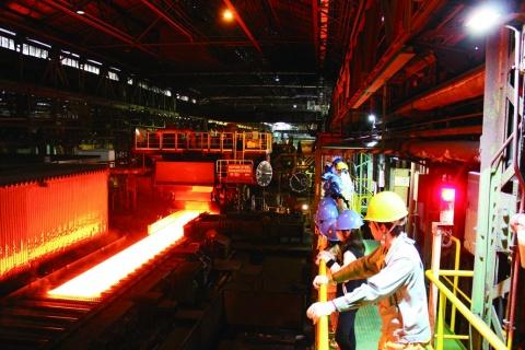 中部鋼鈑、2小学校対象に工場見学会開催 厚板になっていく工程を見学