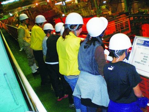 中山製鋼所、鉄の魅力伝える 小学生対象に工場見学会