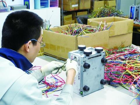 大阪府電気工事組合がNPO法人 電線スクラップ剥離作業 障がい者自立を支援 雑線国内リサイクル促進も