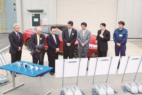 住友金属鉱山子会社、福島の電池材料工場 安倍首相らが視察
