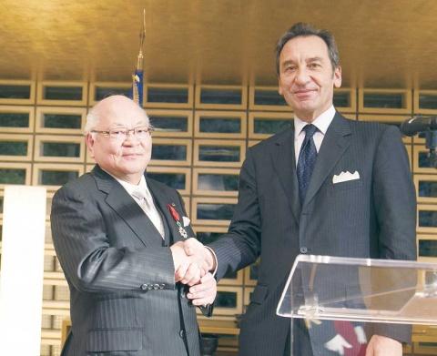 岡本・アマダ社長、フランス政府から叙勲