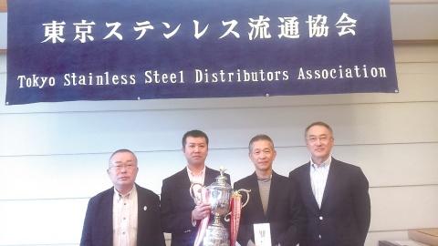 東ス協、春季ゴルフ 新田氏優勝 産業新聞社杯を贈呈