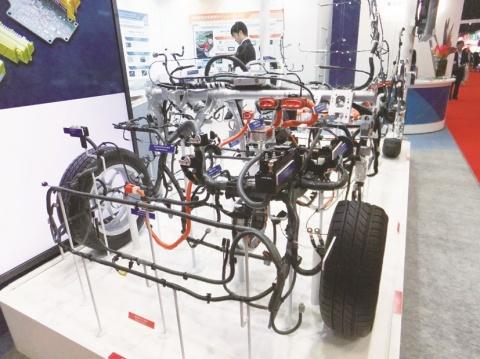 東京モーターショー開幕、環境・安全対応技術競う 非鉄各社も多数出展 アルミを使用した車も披露