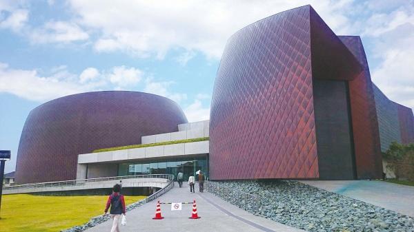 あかがねミュージアム、開設1年半 銅葺き外観、渋味増す
