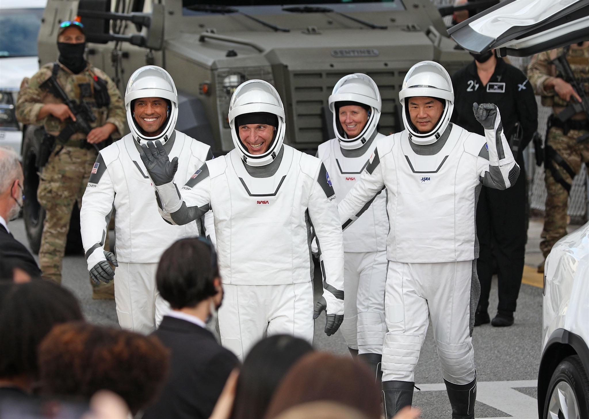 【海外10位】民間初の有人宇宙船、ISSに