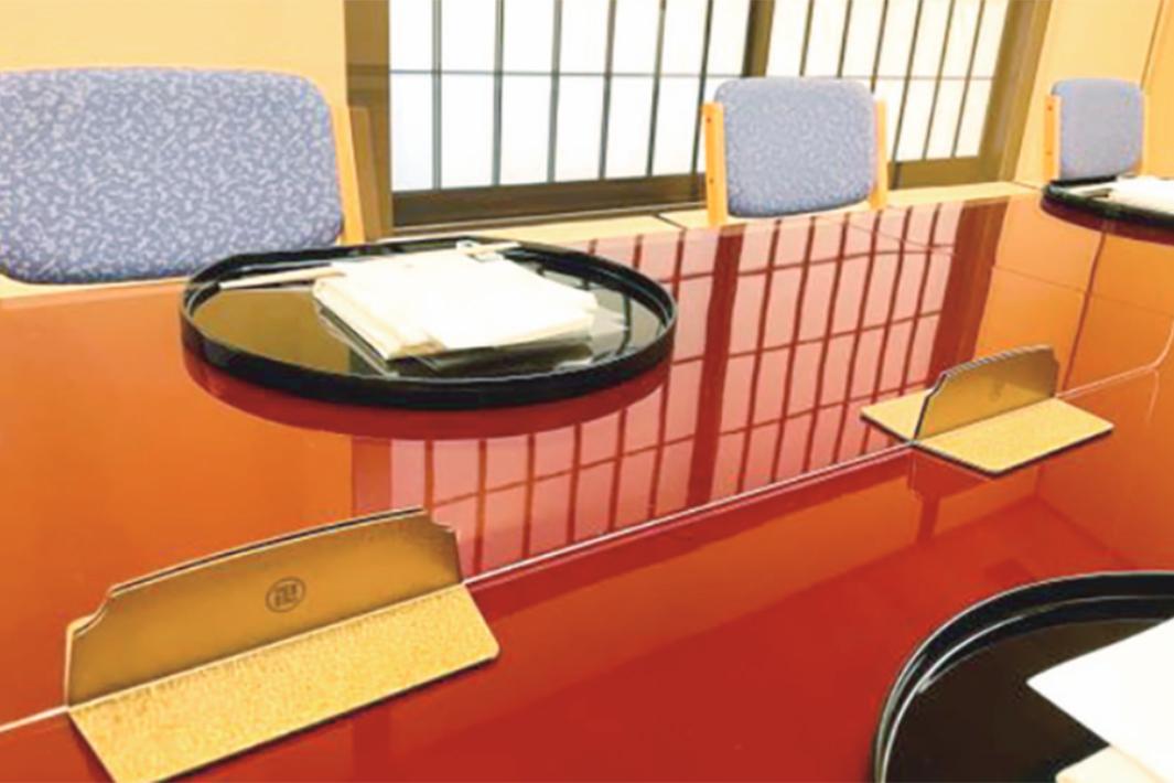 日本製鉄の意匠性チタン 東洋ステンレス研磨工業コラボ 飛沫防止板スタンドに採用